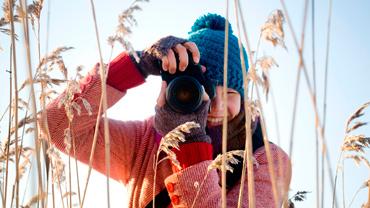 Luontokuvaaja talvisella pellolla
